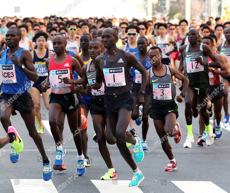 Wilson Kipsang (C) of Kenya leads a pack of runners as they start the Tokyo Marathon