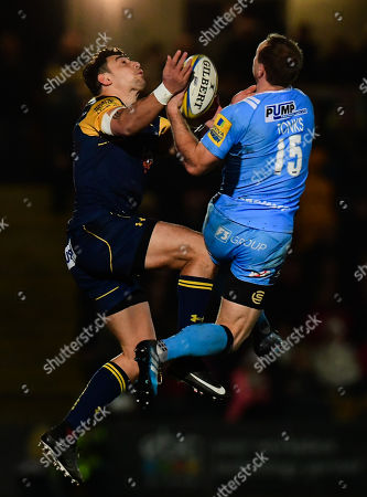Bryce Heem of Worcester Warriors compete with Greig Tonks of London Irish in the air