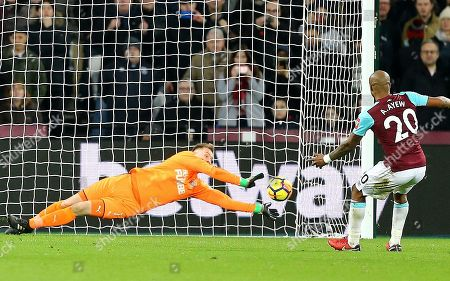 Rob Elliot of Newcastle United saves  Andre Ayew of West Ham United penalty
