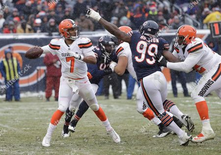 Cleveland Browns quarterback DeShone Kizer (7) throws under pressure from Chicago Bears linebacker Lamarr Houston (99) in the second half of an NFL football game in Chicago
