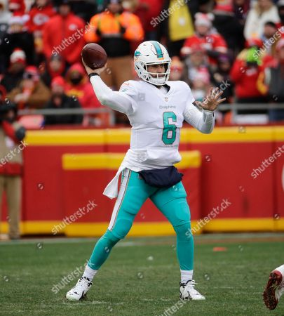 Miami Dolphins quarterback Jay Cutler (6) throws during the first half of an NFL football game against Kansas City Chiefs in Kansas City, Mo