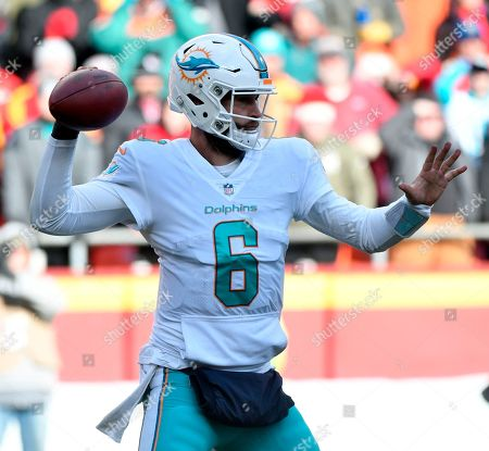 Miami Dolphins quarterback Jay Cutler (6) throws during the second half of an NFL football game against Kansas City Chiefs in Kansas City, Mo