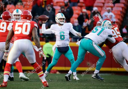 Miami Dolphins quarterback Jay Cutler (6) throws during the second half of an NFL football game against Kansas City Chiefs in Kansas City, Mo., . The Kansas City Chiefs won 29-13