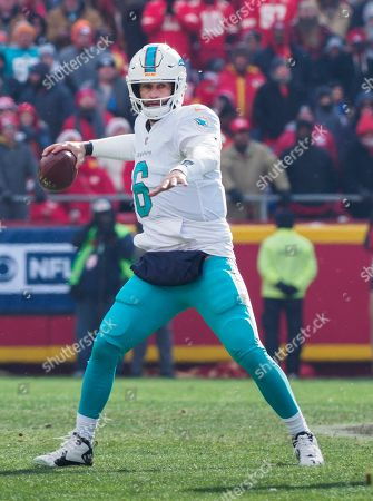 Miami Dolphins quarterback Jay Cutler (6) throws against the Kansas City Chiefs during the first half of an NFL football game in Kansas City, Mo