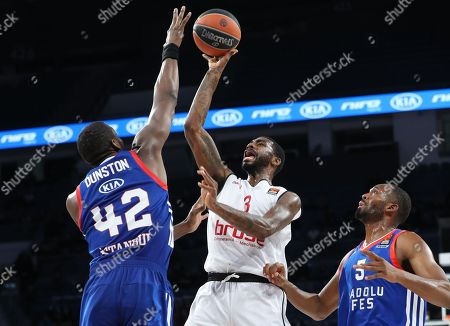 Brose Bamberg's Dorell Wright (C) in action against Anadolu Efes' Bryant Dunston (L) and Derrick Brown (R) during the Euroleague basketball match between Anadolu Efes and Brose Bamberg in Istanbul, Turkey, 29 December 2017.