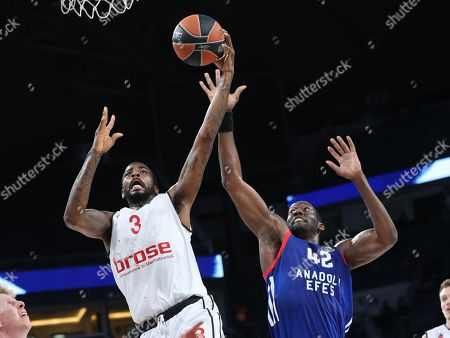 Brose Bamberg's Dorell Wright (C) in action against Anadolu Efes' Bryant Dunston (R) during the Euroleague basketball match between Anadolu Efes and Brose Bamberg in Istanbul, Turkey, 29 December 2017.