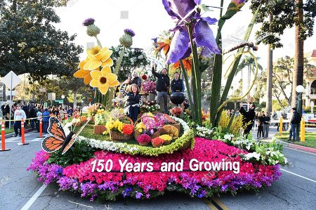 """TV personality Ty Pennington, (center), and float riders Tyler Cruze, Mary Kimball and Olin Snakenborg (left to right), get ready to celebrate the New Year on Miracle-Gro's 2018 Rose Parade float """"150 Years and Growing"""" on in Pasadena, Calif"""