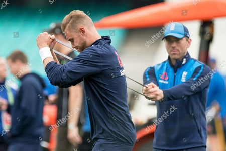 English player Chris Broad warms up before the start of play on day 1 of The 5th Ashes Cricket Test between Australia and England, held at The Sydney Cricket Ground in Sydney, Australia.