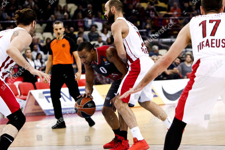 Vasilis Spanoulis of Olympiacos Piraeus (R) in action with Andrew Goudelock (L) of Armani Olimpia Milan during the Euroleague match Olympiacos Piraeus against Armani Olimpia Milan, in Piraeus, Greece, 05 January 2018