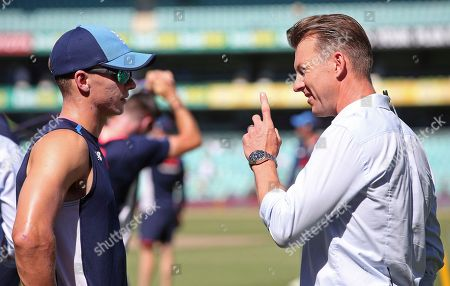 Tom Curran, Brett Lee. England's Tom Curran, left, talks with former Australian fast bowler Brett Lee as the team warms up before the fourth day of their Ashes cricket test match against Australia in Sydney