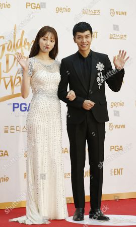 South Korean singer and actor Lee Seung-gi ( R ) and South Korean Model and actress Lee Sung-kyung ( L ) pose as they arrive for the 32st annual Golden Disk Awards ceremony at the KINTEX in Goyang City, South Korea, 10 January 2018. The Golden Disc Awards is recognized as the most traditional music awards ceremony in South Korea, with an award ceremony to select the best albums, singers and producers in the Korean pop scene.