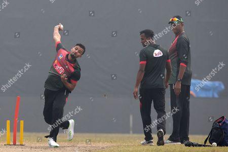 Mashrafe Mortaza, Rubel Hossain, Courtney Walsh. Bangladesh cricket team captain Mashrafe Mortaza, left, bowls as teammate Rubel Hossain, center, and bowling coach Courtney Walsh look on during a training session ahead of the Tri-Nation one-day international cricket series in Dhaka, Bangladesh