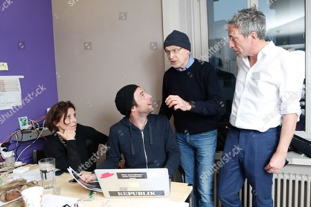 """The founding members of the online magazine """"Republik"""" Christof Moser, center left, Constantin Seibt, right, and Susanne Sugimoto, left, together with journalist Guenter Wallraff, second from right, at a ceremony on the occasion of the launch of the magazine's website, 14 January 2018, in Zurich, Switzerland."""