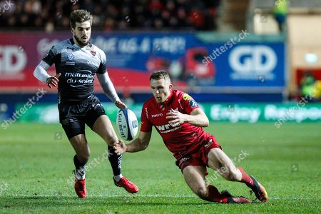 Tom Prydie of Scarlets gathers the ball watched by Hugo Bonneval of RC Toulon