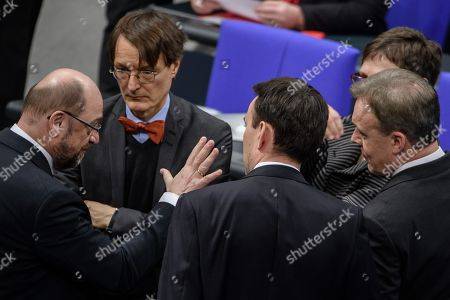 The leader of the Social Democratic Party (SPD), Martin Schulz (L), talks to the vice president of the German Parliament of the Social Democratic Party (SPD), Thomas Oppermann (R) and other members of the SPD prior to a session of the German parliament 'Bundestag' in Berlin, Germany, 18 January 2018.