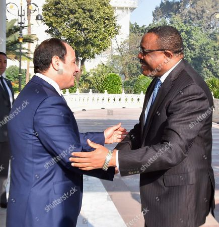 Egyptian President Abdel Fattah al-Sisi shakes hands with Ethiopia Prime Minister Hailemariam Desalegn at the Presidential Palace in the capital Cairo