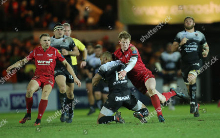 JP Pietersen of Toulon is tackled by Rhys Patchell of Scarlets