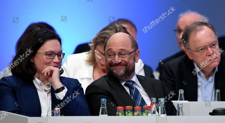 (L-R) Andrea Nahles, parliamentary group leader of the Social Democratic Party (SPD), Anke Rehlinger, Economy Minister of the Saarland and Martin Schulz, leader of the SPD, and Stephan Weil, Minister President of Lower Saxony, attend the extraordinary federal party convention of the German Social Democratic Party (SPD) in Bonn, Germany, 21 January 2018. Some 600 delegates and 45 board members of the SPD will discuss and decide whether or not to start coalition negotiations with the conservative Christian Democratic Union (CDU) and Christian Social Union (CSU) parties to form another so-called 'Grand Coalition' (Grosse Koalition, or GroKo) government on the basis of the recent on the basis of the exploratory talks. It is expected that SPD leader Martin Schulz will face some criticism from the party's basis and demands to amend the SPD's catalogue of requirements.