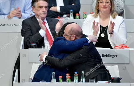 Andrea Nahles (bottom L), parliamentary group leader of the Social Democratic Party (SPD), and party leader Martin Schulz (bottom R), hug each other after winning the voting to start coalition talks while Michael Groschek (top L), chairman of the SPD in North Rhine-Westphalia and member of the SPD executive committee, and Anke Rehlinger (top R), Economy Minister of the Saarland, applaud during the extraordinary federal party convention of the German Social Democratic Party (SPD) in Bonn, Germany, 21 January 2018. Some 600 delegates and 45 board members of the SPD will discuss and decide whether or not to start coalition negotiations with the conservative Christian Democratic Union (CDU) and Christian Social Union (CSU) parties to form another so-called 'Grand Coalition' (Grosse Koalition, or GroKo) government on the basis of the recent on the basis of the exploratory talks. It is expected that SPD leader Martin Schulz will face some criticism from the party's basis and demands to amend the SPD's catalogue of requirements.