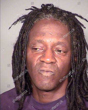 ARCHIVO - William Drayton Jr. conocido como Flavor Flav tras su arresto en Las Vegas en una fotografía del 21 de mayo de 2015. Flavor Flav presentó una declaración de no impugnación al delito menor de conducir intoxicado y a exceso de velocidad tras una infracción vehicular ocurrida en mayo