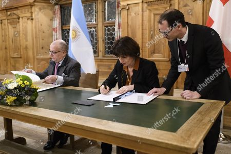 Swiss Federal Councillor, Federal Department of the Environment, Transport, Energy and Communications Doris Leuthard (R) and Ambassador Jorge Marcelo Faurie (L), Minister of Foreign Affairs and Worship of Argentina, sign a memorandum of understanding regarding further cooperation in the railway sector, on the sideline of the 48th annual meeting of the World Economic Forum, WEF, in Davos, Switzerland, 24 January 2018. The meeting brings together entrepreneurs, scientists, corporate and political leaders in Davos, from 23 to 26 January.