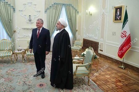 En esta fotografía difundida por un cibersitio oficial de la presidencia iraní, el presidente Hassan Rouhani, derecha, se reúne con el vicecanciller ruso y enviado especial de Rusia para Siria, Alexander Lavrentiev, izquierda, en su oficina, en Teherán, Irán, el sábado 3 de diciembre de 2016. El Ministerio del Exterior de Irán condenó la decisión del Senado de Estados Unidos de extender una ley anti iraní, reportó la televisión oficial el sábado 3 de diciembre de 2016