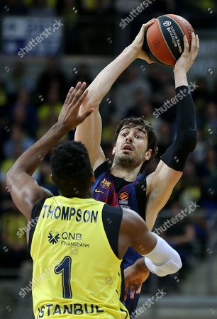 Jason Thompson (L) of Fenerbahce in action against Ante Tomic (R) of Barcelona, during the Euroleague basketball match between Fenerbahce Dogus and FC Barcelona Lassa in Istanbul, Turkey, 26 January 2018.