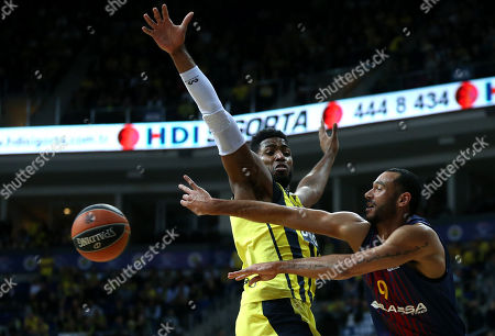 Jason Thompson (L) of Fenerbahce in action against Adam Hanga (R) of Barcelona, during the Euroleague basketball match between Fenerbahce Dogus and FC Barcelona Lassa in Istanbul, Turkey, 26 January 2018.
