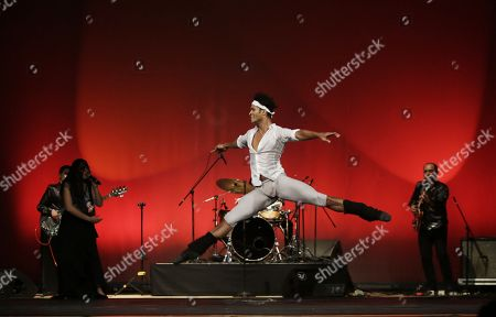 Colombian dancer Fernando Montano, soloist of the Royal Ballet of London, performs while accompanied by the band Suricato during the presentation 'Art changes the world' during the second day of the Hay Festival in Cartagena, Colombia, 26 January 2018.