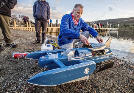 50th Anniversary Of The Death Of Donald CaMPbell On Coniston Water Coniston Cumbria.- Ian Lazenby From Middlesborough Brings A 1/6 Scale Model Of Bluebird The Boat In Which Donald CaMPbell Died On Jan 4th 1967 AtteMPting To Break The World Water Speed Record.Witherow - 4/1/17.