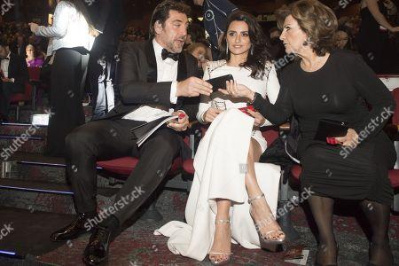 Javier Bardem and Penelope Cruz with her mother Encarna Sanchez