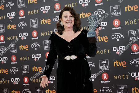 Adelfa Calvo holds the best actress in a supporting role award for the film 'El Autor'