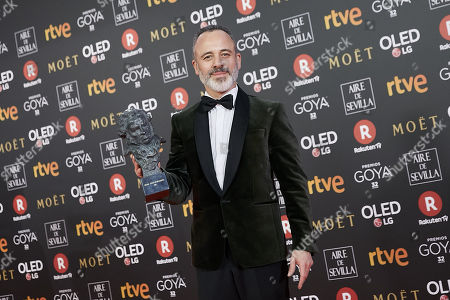 Javier Gutierrez holds the Best actor in a Leading Role award for the film 'El autor'