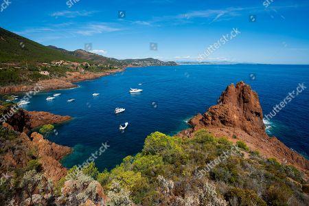Bay with pleasure boats, Massif de l' Esterel, Esterel Mountains, Departement Var, Region Provence-Alpes-Cote d' Azur, France