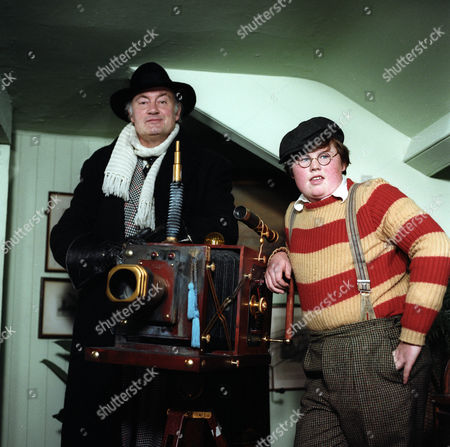 'Super Gran'  TV - 1985 - Iain Cuthbertson as The Scunner Campbell and Lee Marshall as Tub with the Magic Ray Machine.