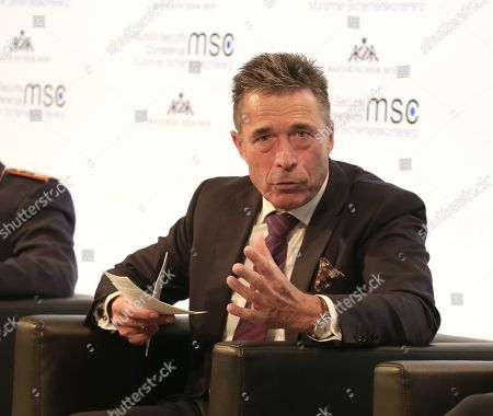 Former danish prime minister Anders Fogh Rasmussen is talking at the panel about AI.