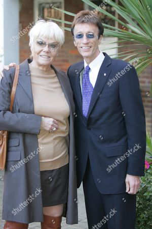 The Heritage Foundation Unvail A Plaque To Actor John Inman In Maida Vale London. Pic Show Wendy Richard And Robin Gibb. 10.2.08  . Wendy Richard Died 26/2/2009