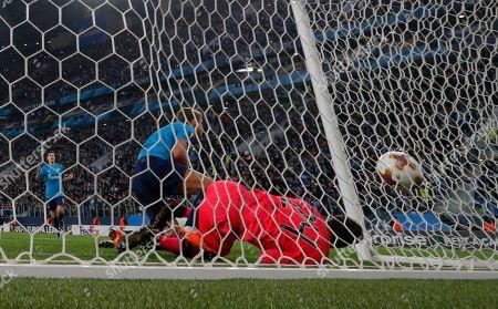 Aleksandr Kokorin (C) of FC Zenit scores against goalkeeper Dorus de Vries of Celtic during the UEFA Europa League round of 32, second leg soccer match between Zenit Saint Petersburg and Celtic Glasgow, in St. Petersburg, Russia, 22 February 2018.