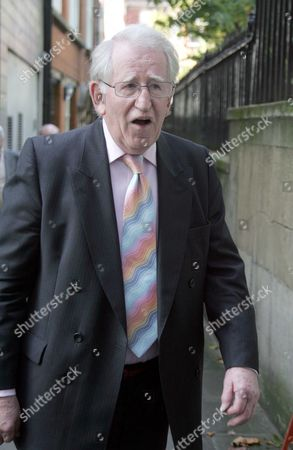Lance Percival Is Pictured Arriving At Nigel Dempsters Memorial At St Brides In London Today. Picture Jeremy Selwyn 17/10/2007