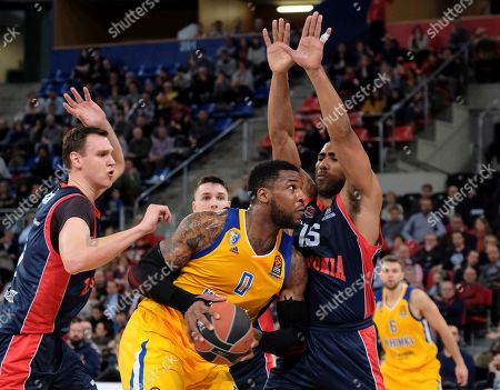 Khimki's Thomas Robinson (C) in action against Baskonia's Johannes Voigtmann (L) and Jayson Granger (R) during the Euroleague basketball match between Baskonia Vitoria Gasteiz and Khimki Moscow  at the Fernando Buesa Arena stadium in Vitoria, northern Spain, 01 March 2018.