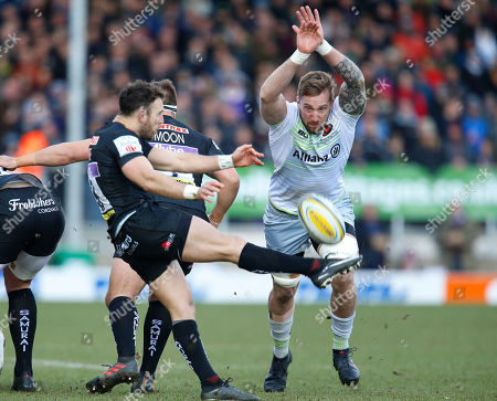Dominic Day of Saracens attempts to charge down a kick by Exeter scrum half Nic White