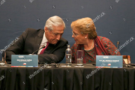 Stock Image of Chile's Foreing Minister Heraldo Munoz, left, talks with Chile's President Michelle Bachelet during the signing ceremony of the Comprehensive and Progressive Agreement for Trans-Pacific Partnership, CP TPP, in Santiago, Chile