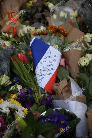 People pay respect to Prince Henrik with flowers and messages