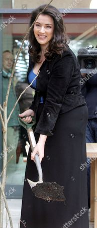 Sarah Brown And Nigella Lawson Open Maggies Cancer Centre In Fulham Palace Road London. They Are Pictured Digging Holes With Spades. Picture Jeremy Selwyn 29/04/2008