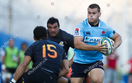 Joaquin Tuculet (L) of Argentina's Jaguares in action against Tom Robertson (R) of Austalia's Waratahs during their Super Rugby match at the Jose Amalfitani stadium in Buenos Aires, Argentina, 10 March 2018.