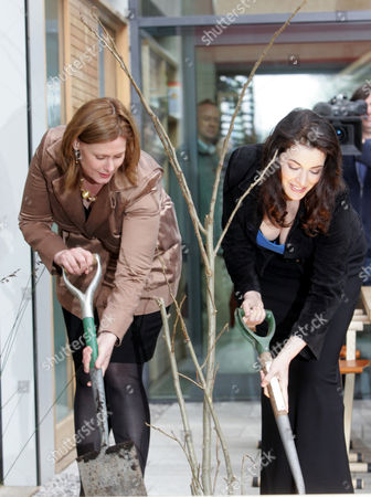 Sarah Brown And Nigella Lawson Open Maggies Cancer Centre In Fulham Palace Road. They Are Pictured Digging Holes With Spades. Picture Jeremy Selwyn 29/04/2008