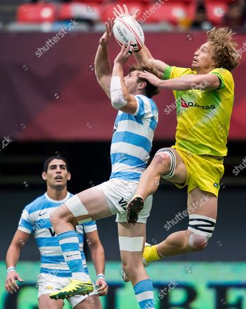 Matias Osadczuk, Brandon Quinn. Australia's Brandon Quinn, right, and Argentina's Matias Osadczuk, center, vie for the ball during the World Rugby Seven Series in Vancouver, British Columbia, Sunday, March, 11, 2018