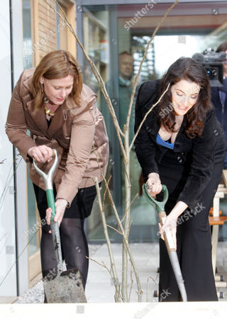 Sarah Brown And Nigella Lawson Open Maggies Cancer Centre In Fulham Palace Road London. They Are Pictured Digging Holes With Spades / Planting Trees. Picture Jeremy Selwyn 29/04/2008