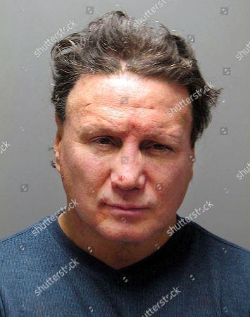 Esta foto del jueves, 15 de marzo del 2018, dada a conocer por la policía de Warwick, Rhode Island, muestra al ex campeón de boxeo Vinny Paz tras su arresto por agresión doméstica