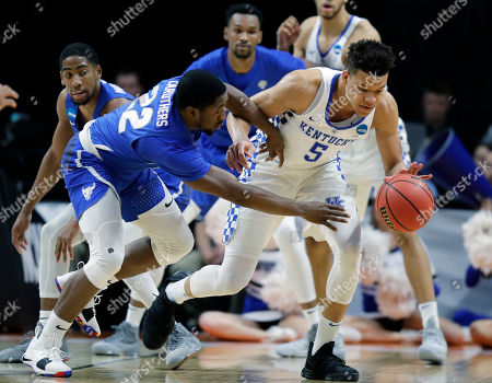 Kentucky forward Kevin Knox (5) and Buffalo guard Dontay Caruthers (22) reach for a loose ball during the first half of a second-round game in the NCAA men's college basketball tournament, in Boise, Idaho